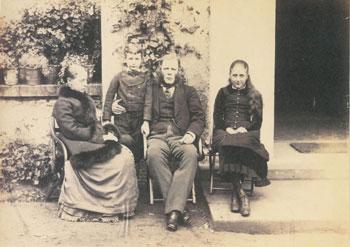 Беатрикс и брат Бертрам с родителями